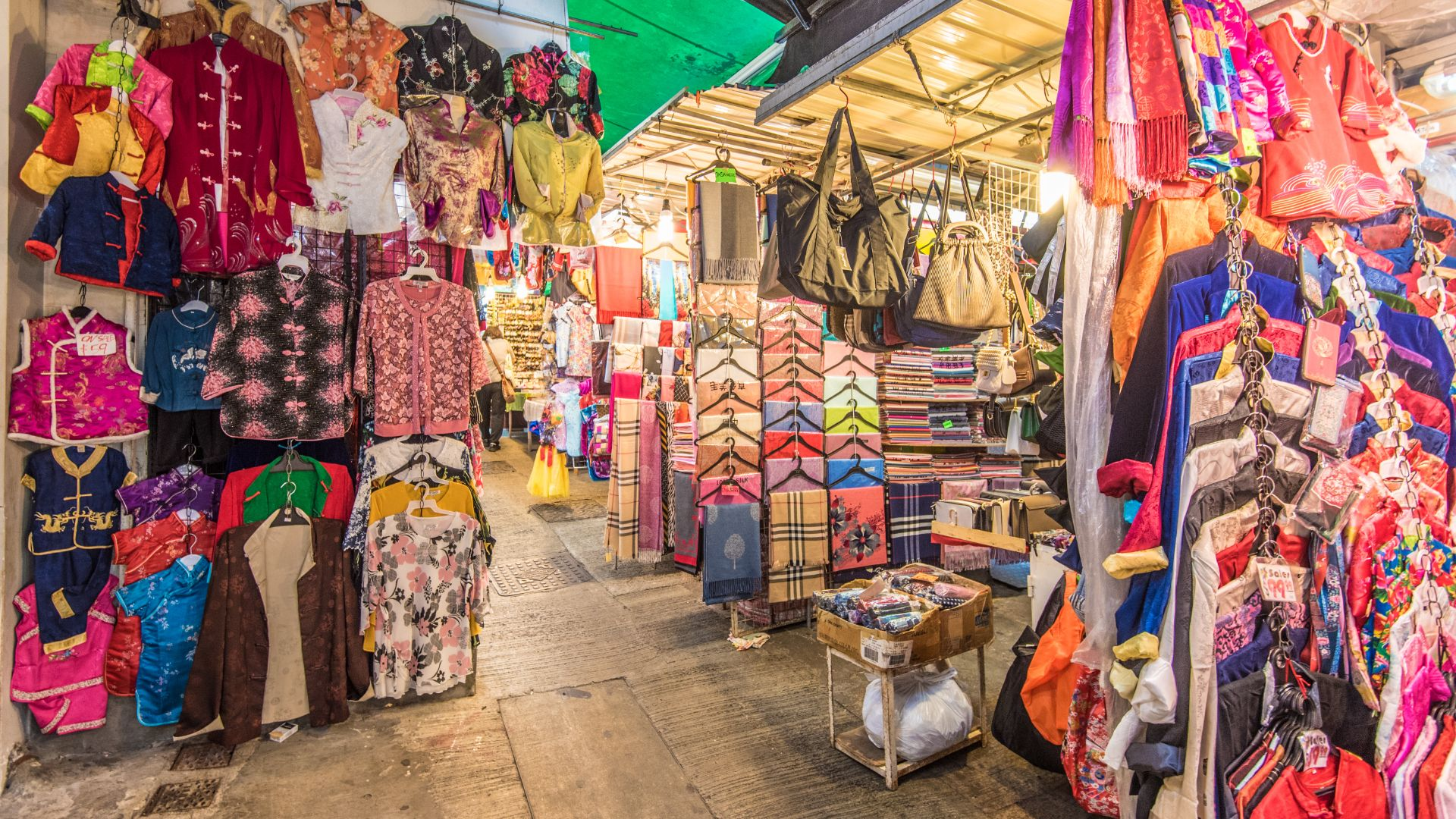 Best street markets for bargain souvenirs in Hong Kong